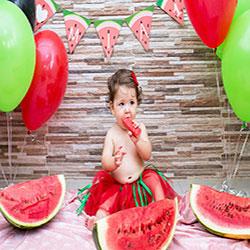 عکس کودک برای شب یلدا با هندوانه
